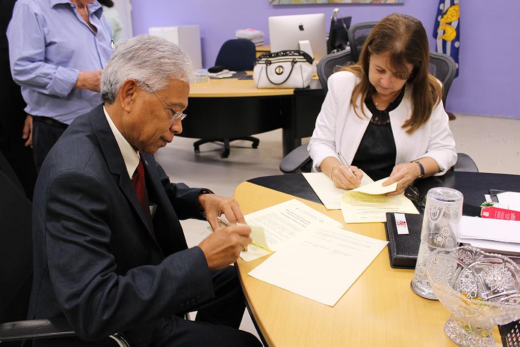 Embaixador e Reitora assinam convênio (20/05/15)